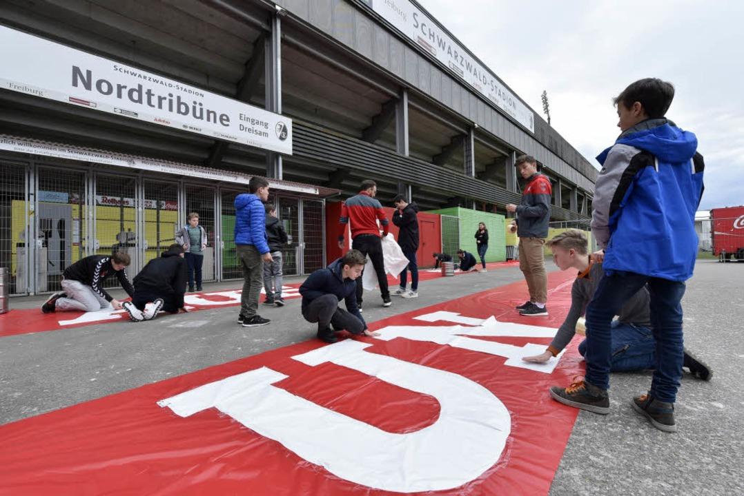 30 junge SC-Freiburg-Fans bereiten die Choreo fürs Derby vor.  | Foto: Kunz