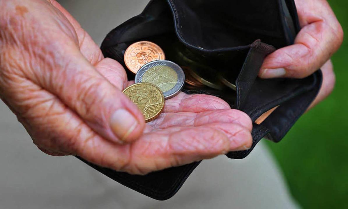 Ein Trickdieb hat im Stühlinger eine 82-Jährige bestohlen. Symbolbild.  | Foto: dpa