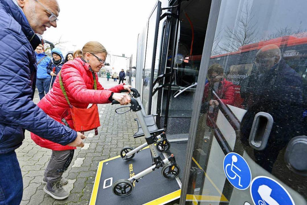 Die Behindertenbeauftragte des Landkre...m Barrierefreiheits-Test eines Busses.  | Foto: Michael Bamberger
