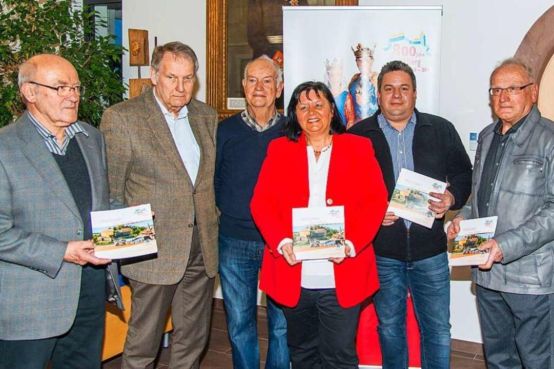 Ulrike Kesselring und die Mitgliedern ...hrift zu 800 Jahren Mahlberg erstellt.  | Foto: Olaf Michel