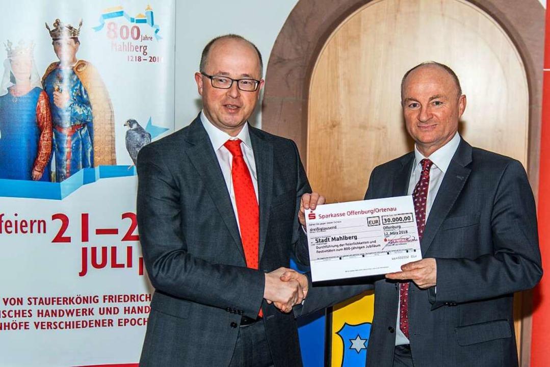 Jürgen Riexinger (links) überreichte e...00 Euro an Bürgermeister Dietmar Benz.  | Foto: Olaf Michel