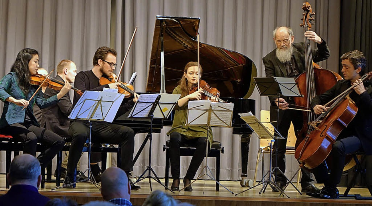 Ein Ensemble um die Geigerin Yuki Kasa...iersextett von Felix Weingartner auf.   | Foto: Roswitha Frey