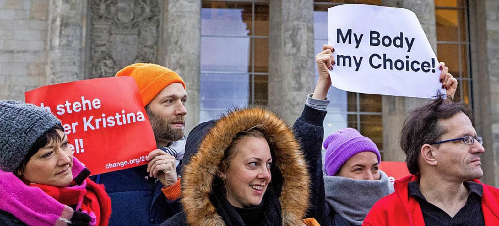 Diese Demonstranten wollen eine Abschaffung des Werbeverbots für Abtreibungen.  | Foto: Archivbild: dpa