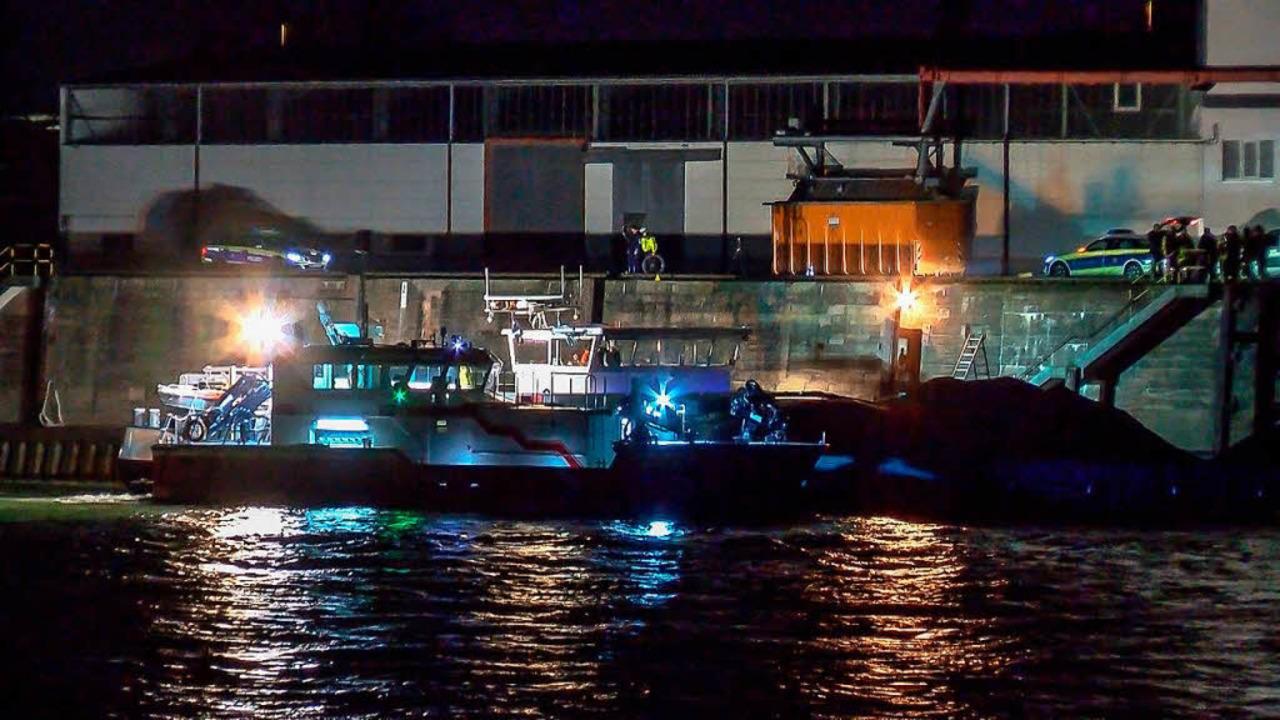 Mit Scheinwerfern wird von einem Schif...hrer in den Rhein stürzte und ertrank.  | Foto: dpa