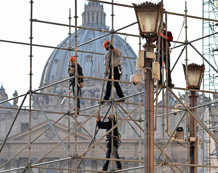 Bauarbeiter im Vatikan.  | Foto: dpa