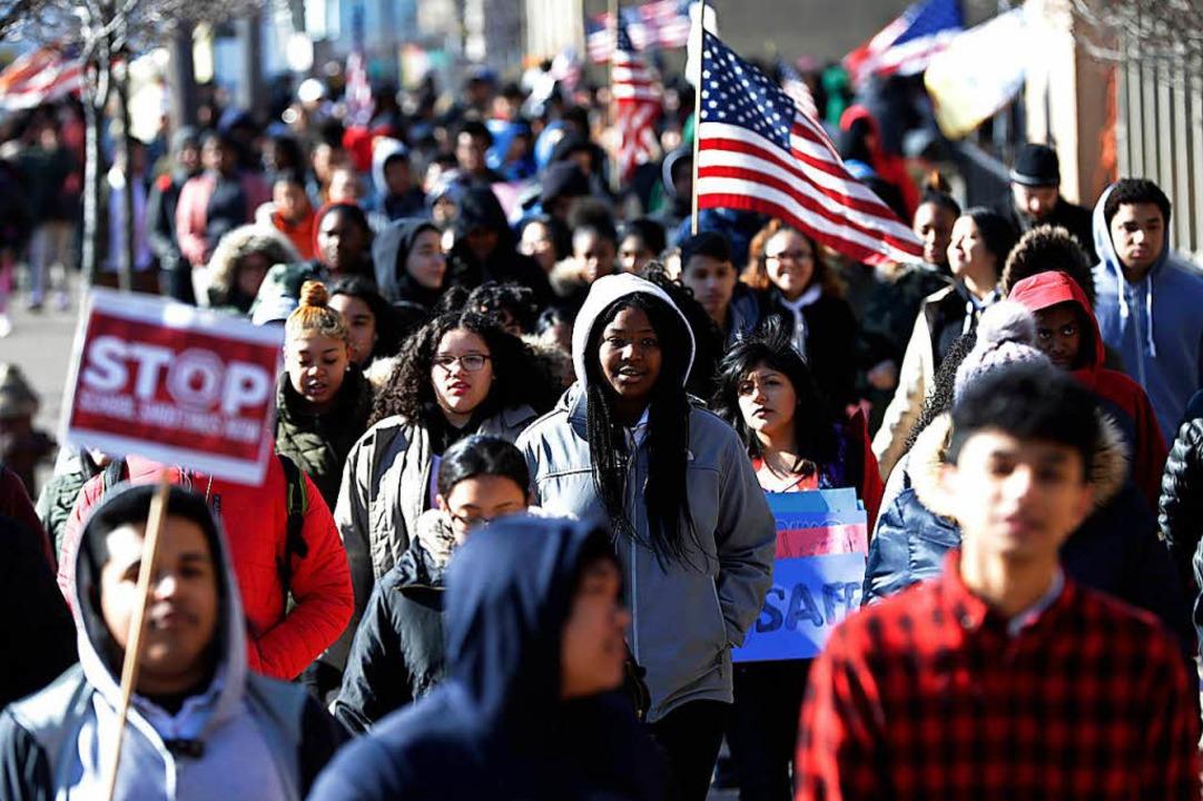 Hunderte von Schülern verlassen aus Pr...High School in Jersey City in den USA.  | Foto: dpa