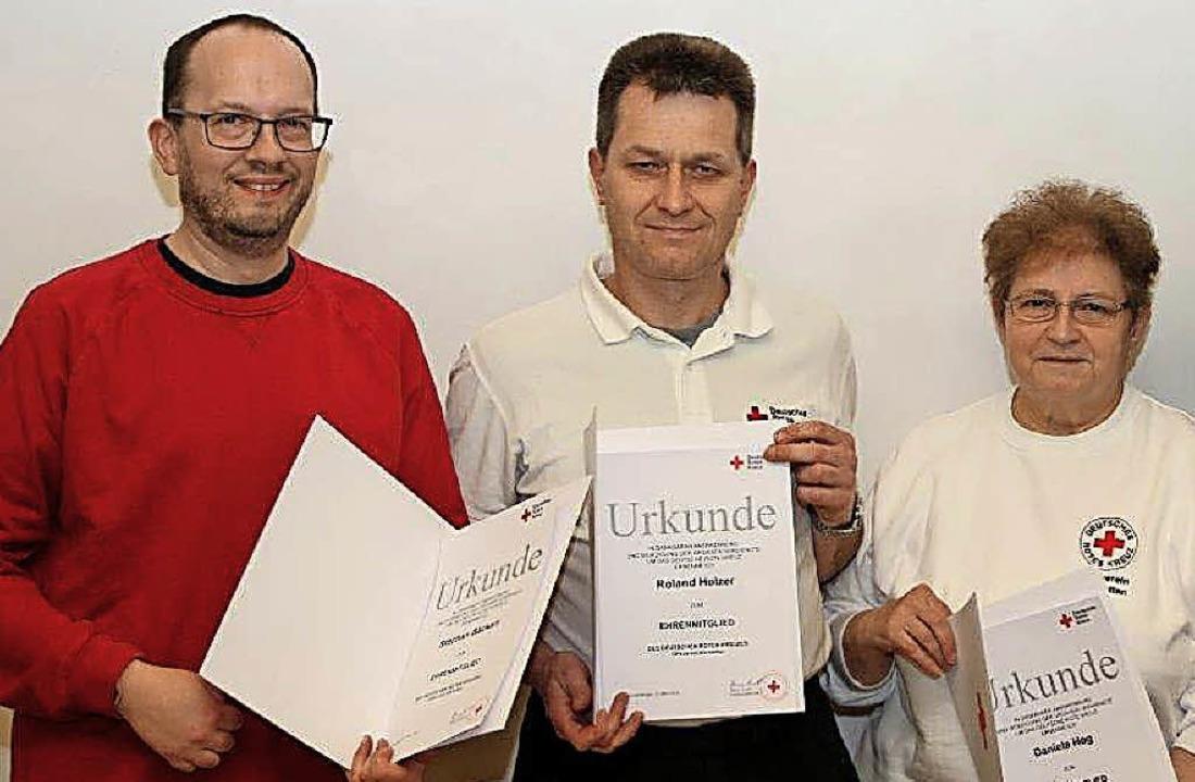 Die DRK-Mitglieder Stephan Bäckert, Ro...ern ernannt und erhielten  Urkunden.    | Foto: Privat