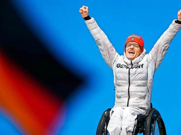 Martin Fleig aus Gundelfingen freut sich über seine Goldmedaille im Biathlon über 15 km. Es ist die erste Paralympics-Medaille für einen Mann seit 2010.