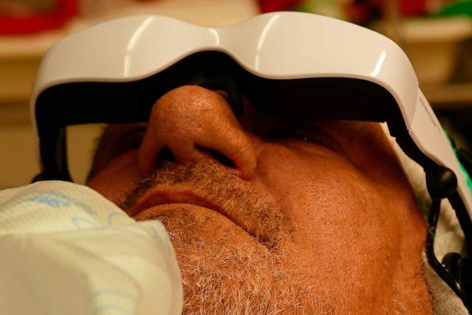 Patient Rolf Hans Huber aus St. Blasien ist froh über die Ablenkung mit der Videobrille (Foto: Hans-Peter Müller)
