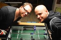 Am Kicker mit den Tischfußball-Weltmeistern Brauns und Müller