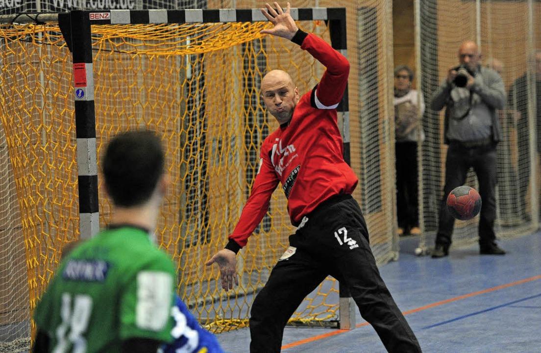 HGW-Keeper Nebojsa Nikolic, der gerade...nen Helmlinger Torwurf abgewehrt hat.     Foto: Büro Schaller