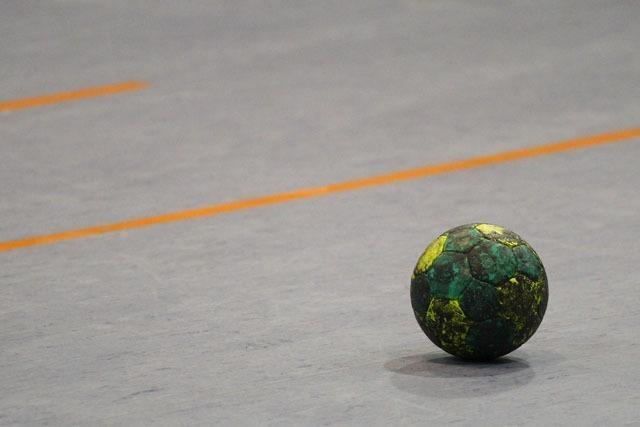 Zuschauer schlägt Handballspieler mit der Faust bewusstlos