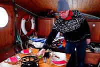 Auf den Basler Rheinfähren kann man abends Fondue essen