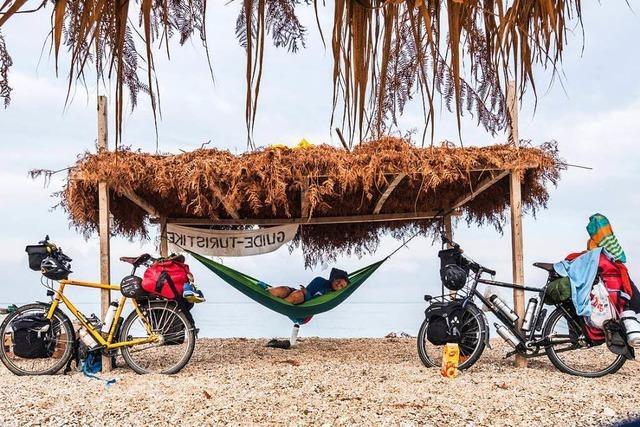 Zwei Radfahrer sprechen in einer Live-Reportage über ihre Tour nach Indonesien
