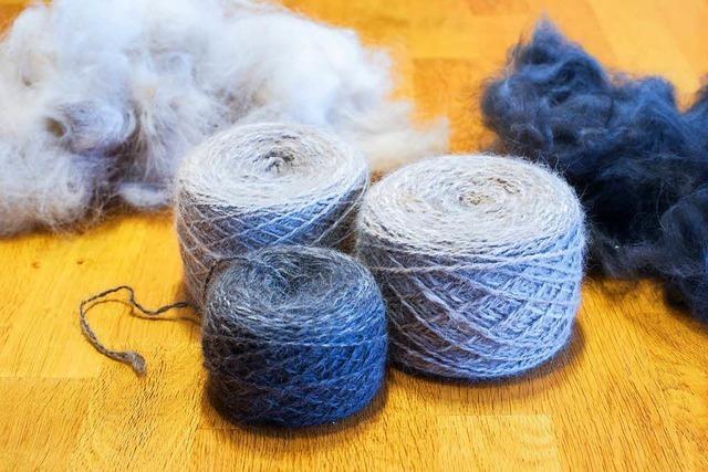 Spinnerinnen machen Wolle aus Hundehaaren
