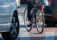 Radfahrerin verletzt sich bei Kollision mit Auto schwer