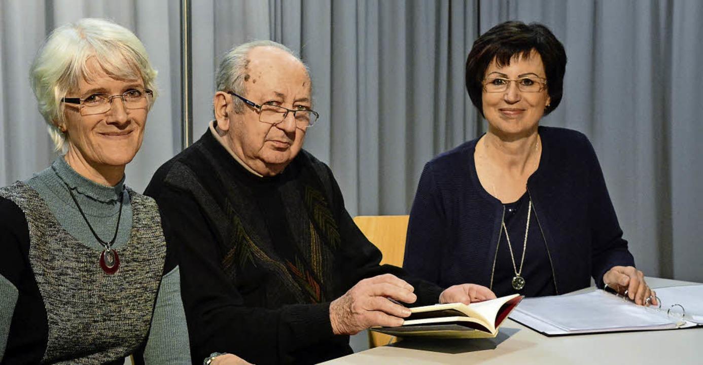 Das Autorentrio Birgit Rietzler (von l...erger Abend des Lörracher Hebelbundes.  | Foto: Annette Mahro