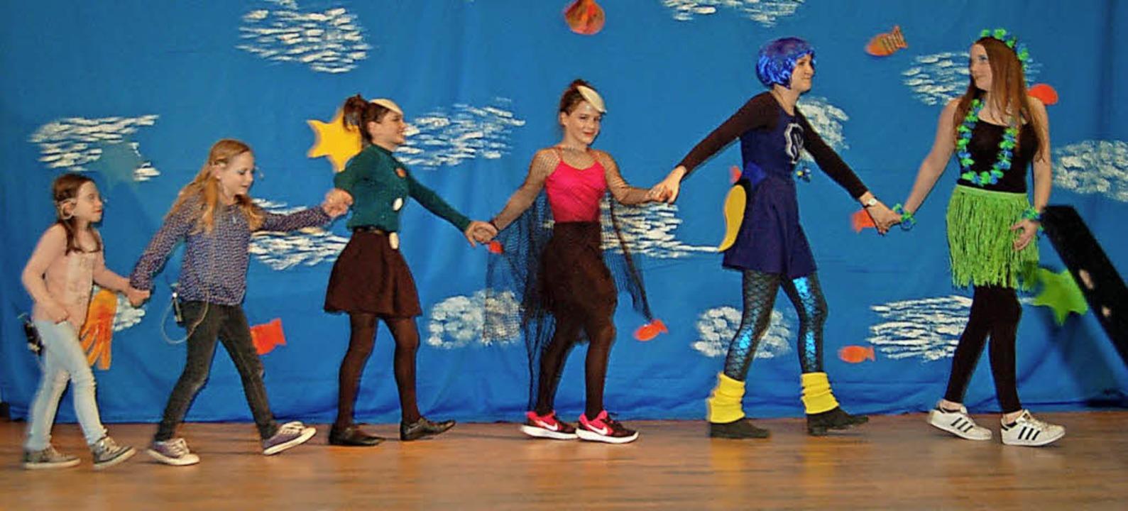 Das Jugendorchester und die Tanzgruppe glänzten gemeinsam auf der Bühne.     Foto: Christian Ringwald