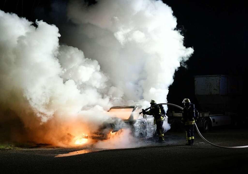 Beim brennenden Fahrzeug handelt es sich um einen hochwertigen Range-Rover.    Foto: Wolfgang Künstle