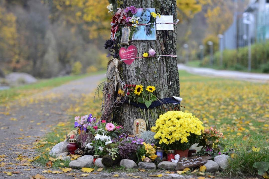 Die 19-Jährige Maria Ladenburger  wurd...n Baum als Gedenkort an die Studentin.  | Foto: Ingo Schneider