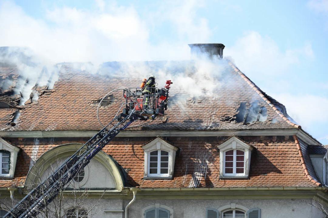 Die Feuerwehr versucht den Brand von der Drehleiter aus zu bekämpfen.  | Foto: Ingo Schneider