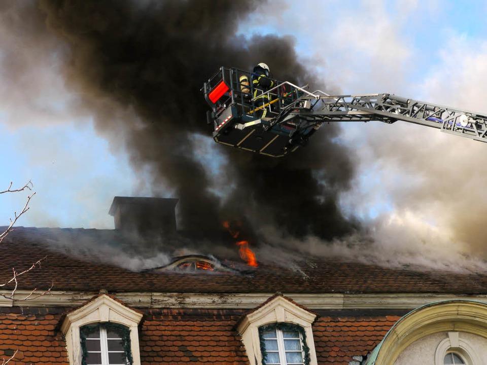 Die Feuerwehr versucht den Brand von der Drehleiter aus zu bekämpfen. Foto: Oliver Huber