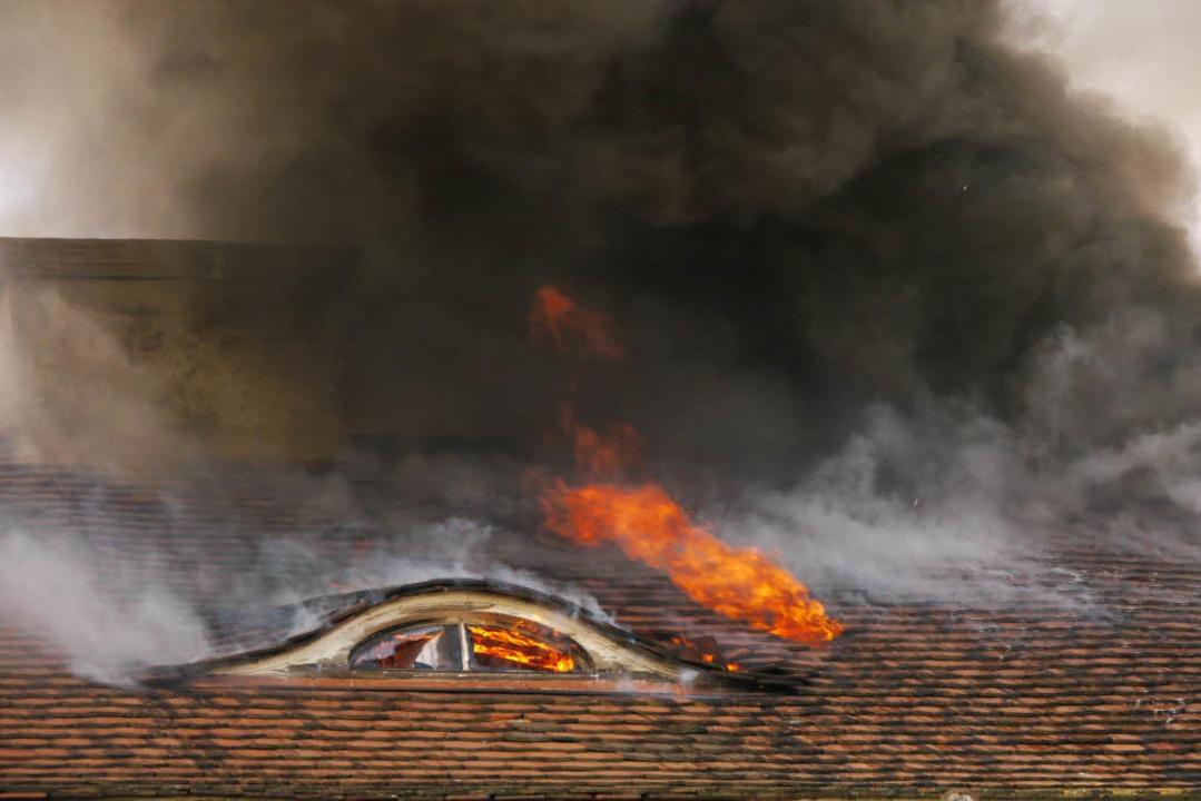 Flammen schlagen aus dem Dachstuhl.  | Foto: Oliver Huber