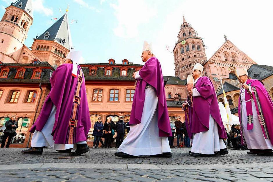 Der Trauerzug für Kardinal Lehmann mit dem Mainzer Bischof Peter Kohlgraf (von rechts), Erzbischof Nikola Eterovic und Kardinal Reinhard Marx, Vorsitzender der Deutschen Bischofskonferenz, passiert den Mainzer Dom. (Foto: dpa)