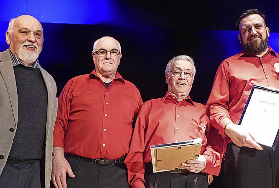 Karl Becker und Klaus Kessler überreic... (von links) Ehrennadeln und Urkunden.  | Foto: Anne Freyer