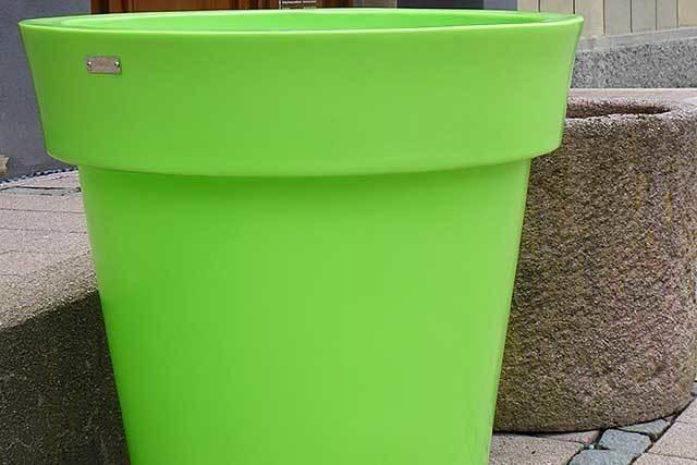 Titiseer laufen Sturm gegen neongrüne Plastikkübel