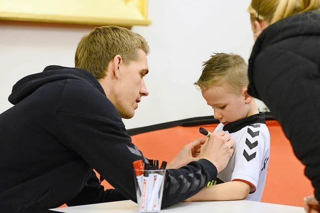 Hunderte Autogrammjäger kommen zu Nils Petersen