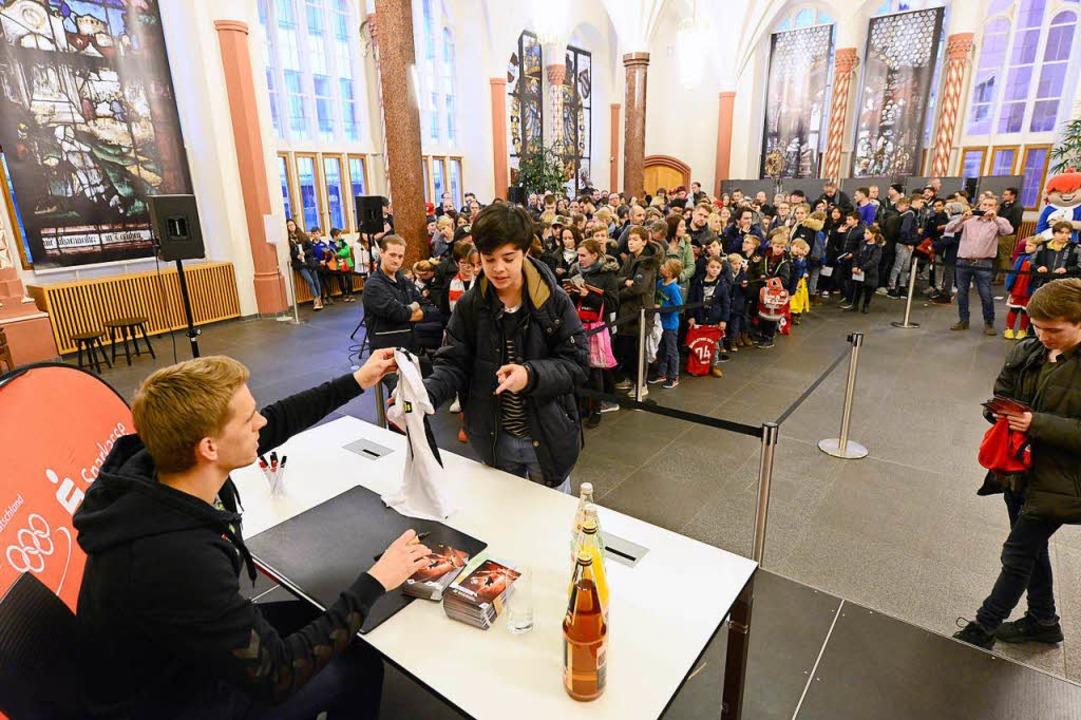 Hunderte Fans kamen in die Sparkassen-Filiale.  | Foto: Ingo Schneider
