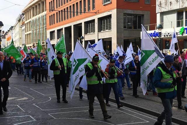 500 Beschäftigte des öffentlichen Dienstes demonstrieren in Freiburg