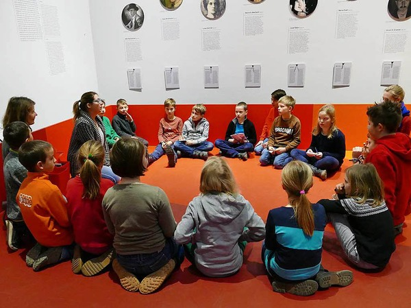 Museumspädagogin Beate Reutter (links) und die Kinder lernen sich kennen.