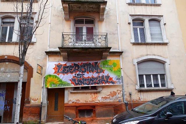 Grüne prangern mit Transparenten den Wohnungs-Leerstand an