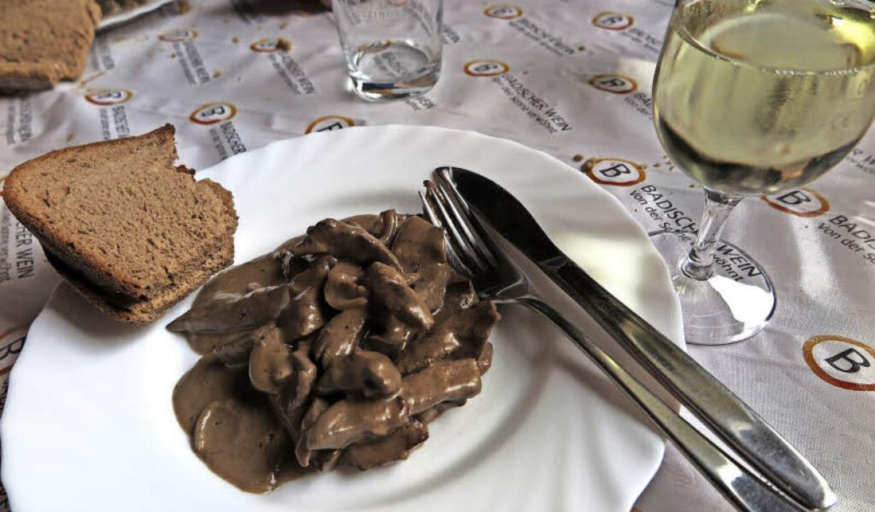 Zur Leber gibt es frisches Brot und Weißburgunder.   | Foto: Dorothee Philipp