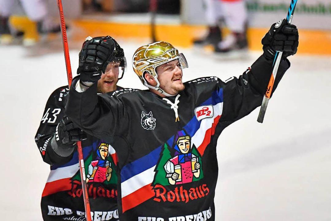 Marc Wittfoth (links) und Nikolas Lins...bejubeln den EHC-Sieg im Schlussspurt.  | Foto: Achim Keller