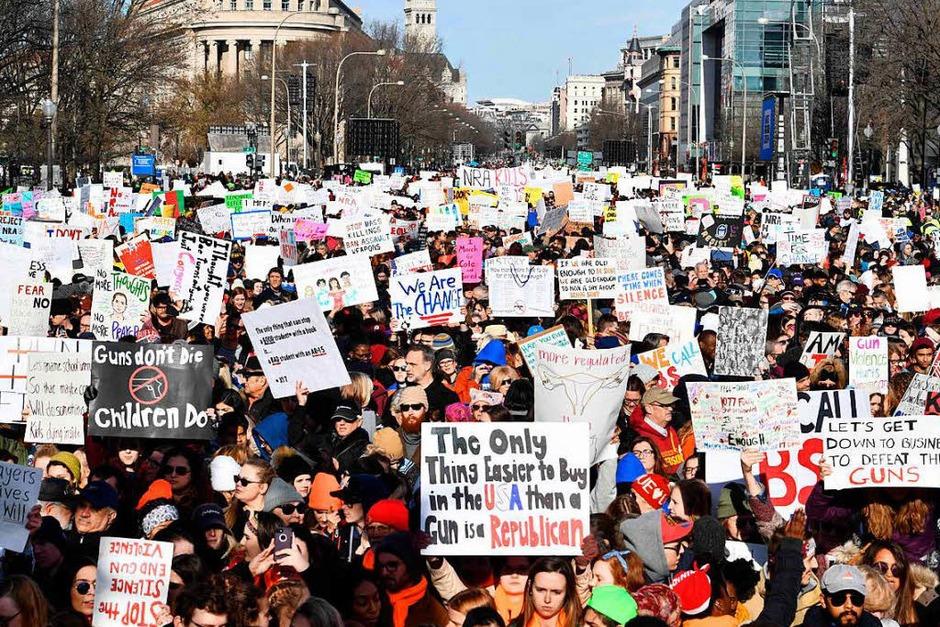 In Washington gehen die Demonstranten für schärfe Waffengesetze auf die Straße. Aber auch im Rest der USA protestieren die Menschen. (Foto: AFP)