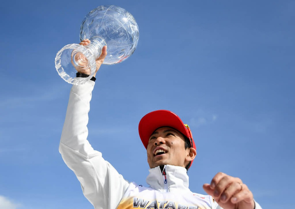 Der Japaner Akito Watabe  war  zweimal...lkugel, die dem Weltcupsieger gebührt.  | Foto: dpa