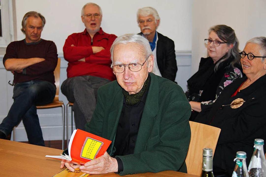 Hans Dieter Mairinger aus Linz liest, ... . Nicht im im Bild: Volker Habermaier  | Foto: Yvonne Siemann
