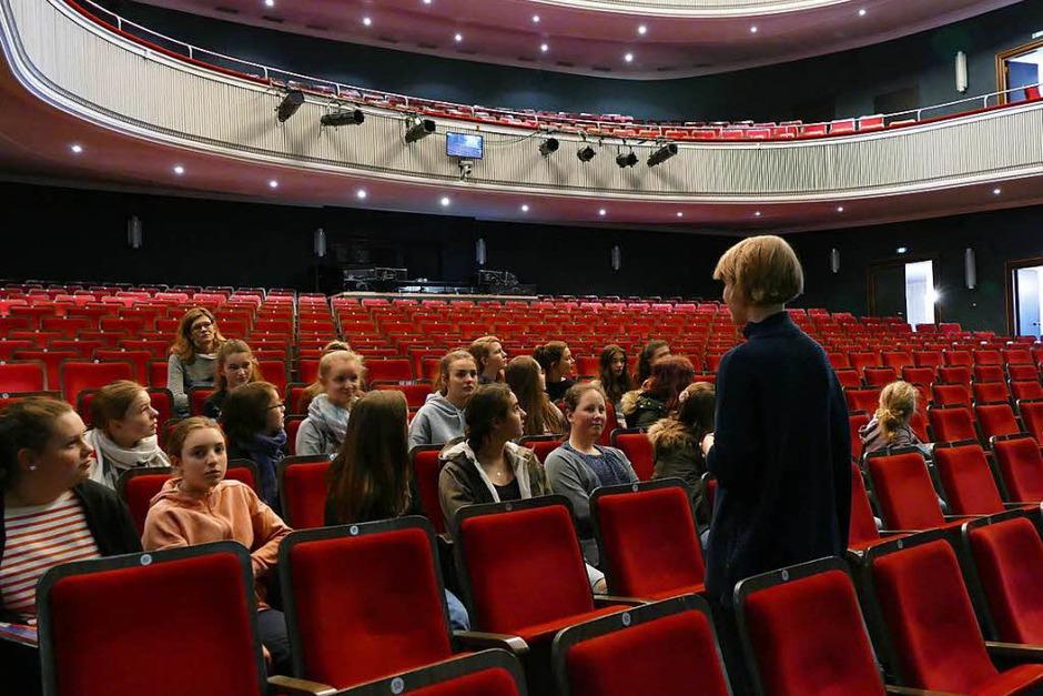 Die Schülerinnen im großen Theatersaal. (Foto: Selina Junghäni)