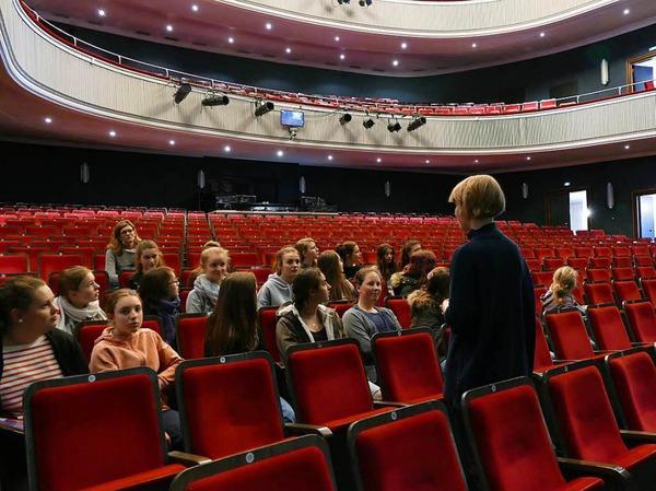 Die Schülerinnen im großen Theatersaal.
