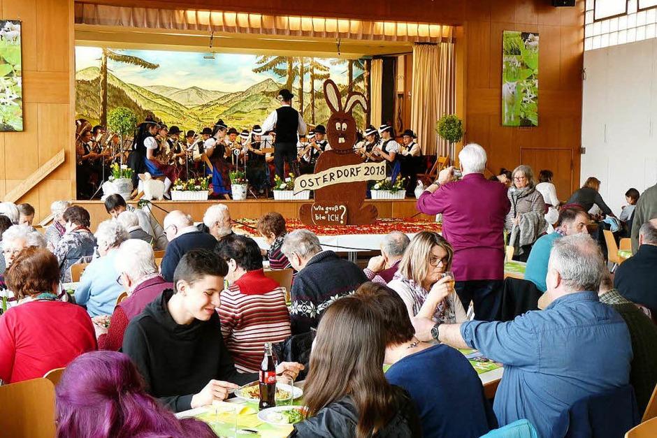 Auch die Trachtenkapelle war wieder mit dabei. Die volle Halle genoss die Musik. (Foto: Roland Gutjahr)