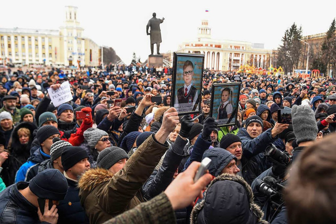 Bürger gedenken der Opfer der Brandkatastrophe im  ostsibirischen Kemerowo.   | Foto: AFP
