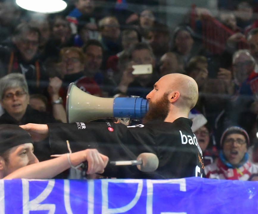 Kapitän Rießle mit dem Megafon bei den Fans.  | Foto: Achim Keller