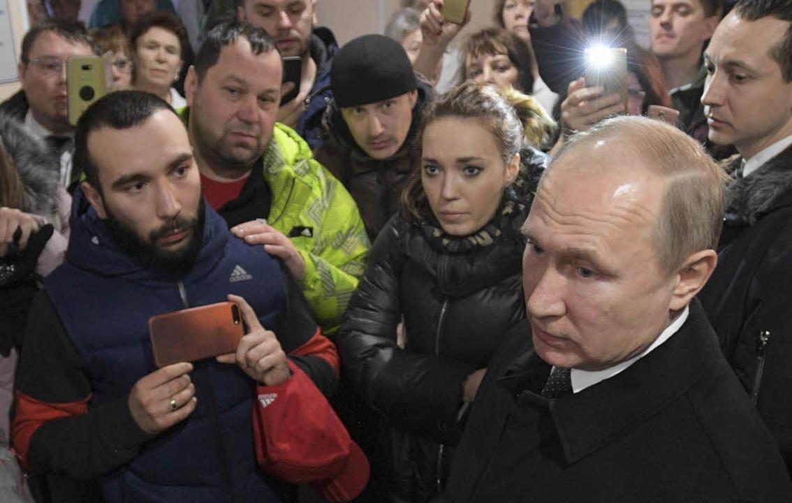 Wladimir Putin, Präsident von Russland... Angehörige der Opfer des Großbrandes.  | Foto: dpa