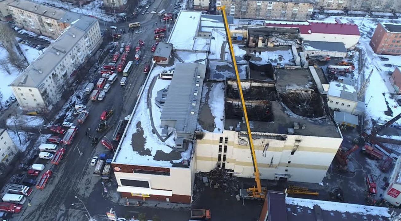 Das vom Russian Ministry for Emergency...and stark beschädigte Einkaufszentrum.  | Foto: dpa