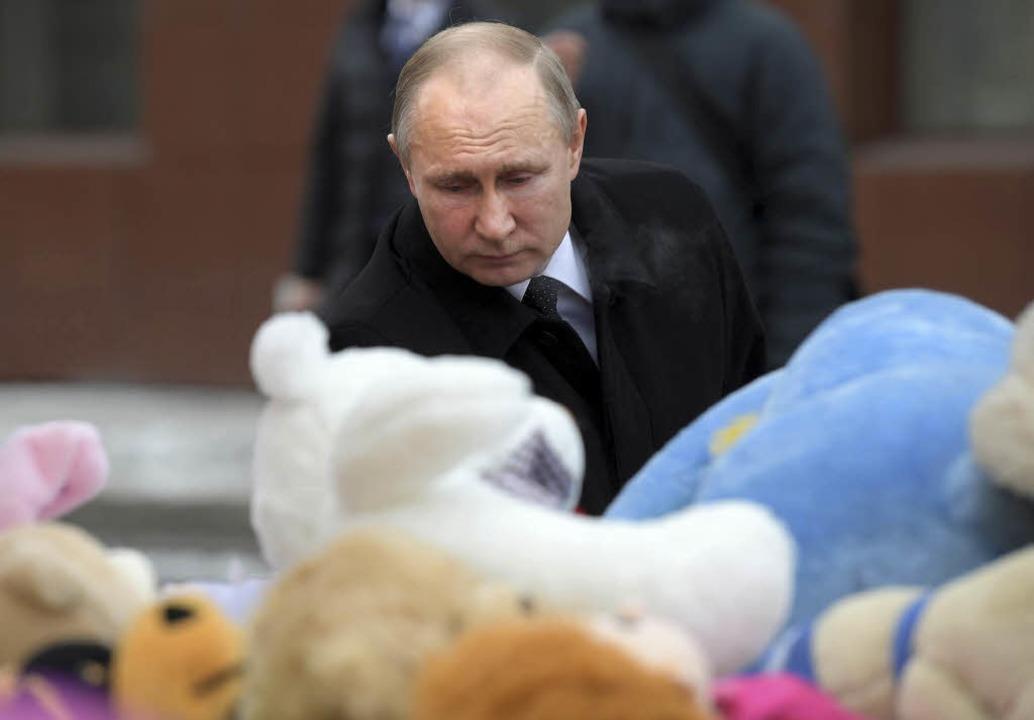 Russlands Präsident Wladimir Putin gedenkt der Opfer.  | Foto: dpa