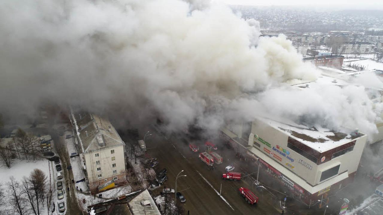 Dieses vom Katastrophenschutzministeri...o zeigt das brennende Einkaufszentrum.  | Foto: dpa