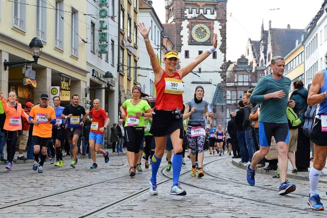 Durchs Martinstor laufen und bejubelt ...nen und Läufer beim Freiburg Marathon.  | Foto: Rita Eggstein